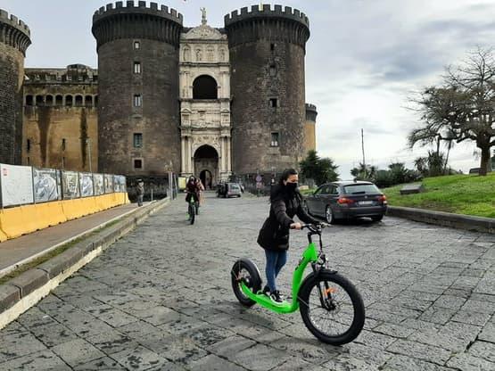Tour in e-scooter al tramonto di Napoli
